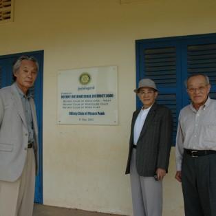 カンボジアの小学校に図書館を寄贈